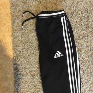 Använder aldrig längre därför säljs de:) vanliga tränings/ mysbyxor från adidas, dragkedja längs ner vid benet