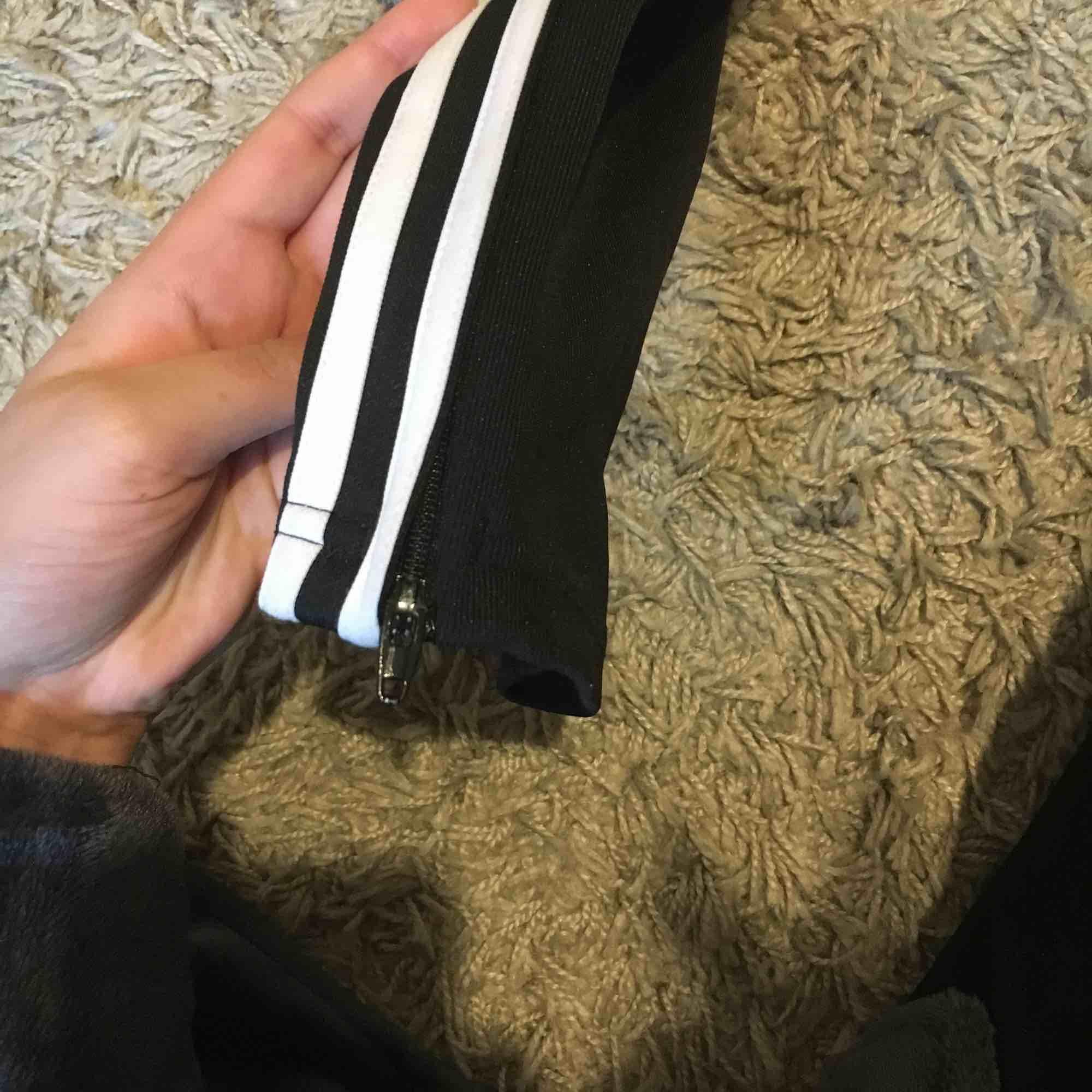 Använder aldrig längre därför säljs de:) vanliga tränings/ mysbyxor från adidas, dragkedja längs ner vid benet. Jeans & Byxor.