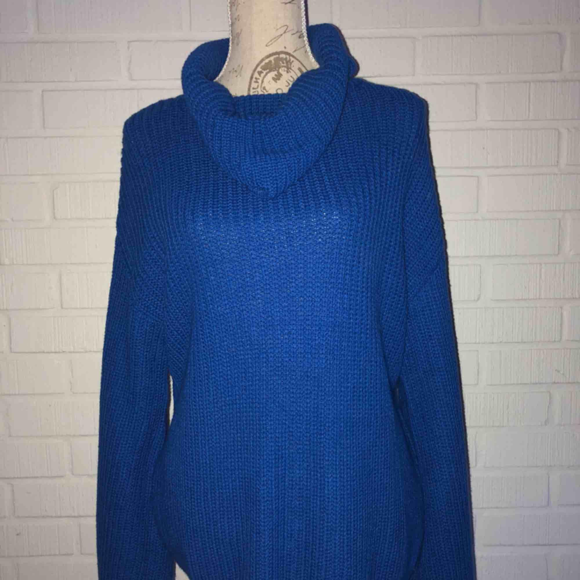 En klar blå vacker oversized stickad tröja!  NY SKICK!!!. Stickat.