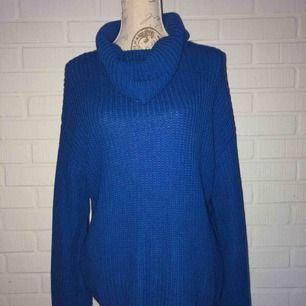 En klar blå vacker oversized stickad tröja!  NY SKICK!!!