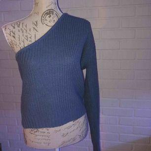 En fin dov ljusblå stickad tröja med en ärm!   Ny skick!!!