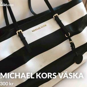 Michael kors väska/bag. Den är väl använd men inget som saknas eller är trasigt! Två innerfack i väskan.  Hämtas eller möts upp i Stockholm, fraktas ej 🍒