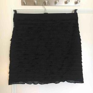 Svart kjol, lite använd. Köparen står för frakt