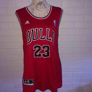 Basketlinne från Bulls i rött. Nummer 23, JORDAN