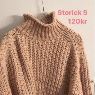 Snygg stickad tröja i storlek S! Säljer för 120kr
