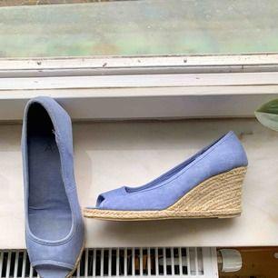 Blå skor med flätade sidor från Åhléns • använda fåtal gånger • väldigt sköna att gå i • är olika storlekar lite beroende på hur breda eller smala fötter man har.
