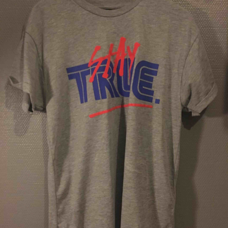 Oanvänd tisha från river island. T-shirts.