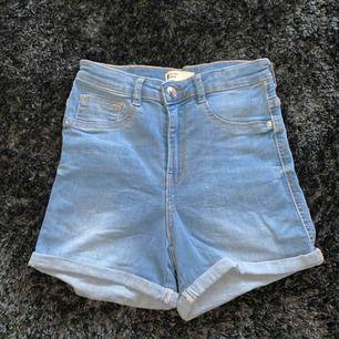 Shorts köpta på ginatricot, aldrig använda och är högmidjade, frakt tillkommer❣️