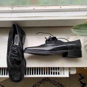 9eb4863cf09 Svarta skin skor från Lagersons • måste putsas lite men inte smutsiga •  använda 2 gånger