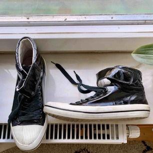 f99085f5f0e Svarta skor i vatten tåligt material • sköna och väldigt snygga med ett par  skinny jeans