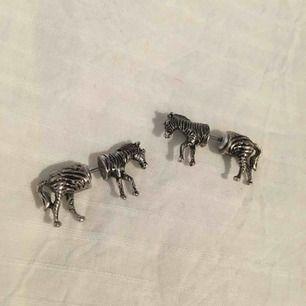 Örhängen i form av en zebra. (Ej äkta silver). Jag kan mötas på plats i Uppsala/Täby. Betalning sker via swish eller kontant. Kan även posta, men då står köparen för frakten.