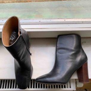 Svarta läder skor • väldigt fint skick • snygg klack i trä • storlek beror på smalhet eller bredhet på din fot.