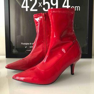 Röd lack skor från Nelly, sjukt snygga! Tyvärr har min fot växt och jag Kan inte använda dom längre :(