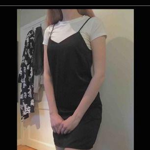 Svart klänning med justerbara band på ryggen