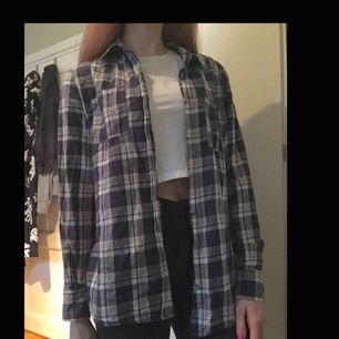 Rutig jätteskön skjorta