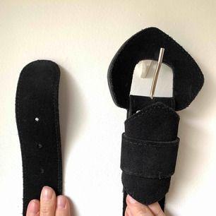 Snyggt svart brett läder/mocka skärp • fin kvalité och väldigt snyggt att ha på ett lite enklare plagg så skärpet får sticka ut • bäst att ha i midjan men är man smal går den nog på höften med