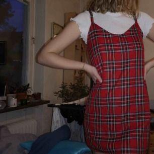 Rutig klänning köpt i London, skitsnygg! Frakt tillkommer❤️