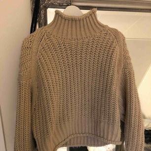 Superfin och galet skön stickad tröja från H&M, köptes i mars och säljes då jag inte passar i den. Använd typ 3 gr så den är inte sliten