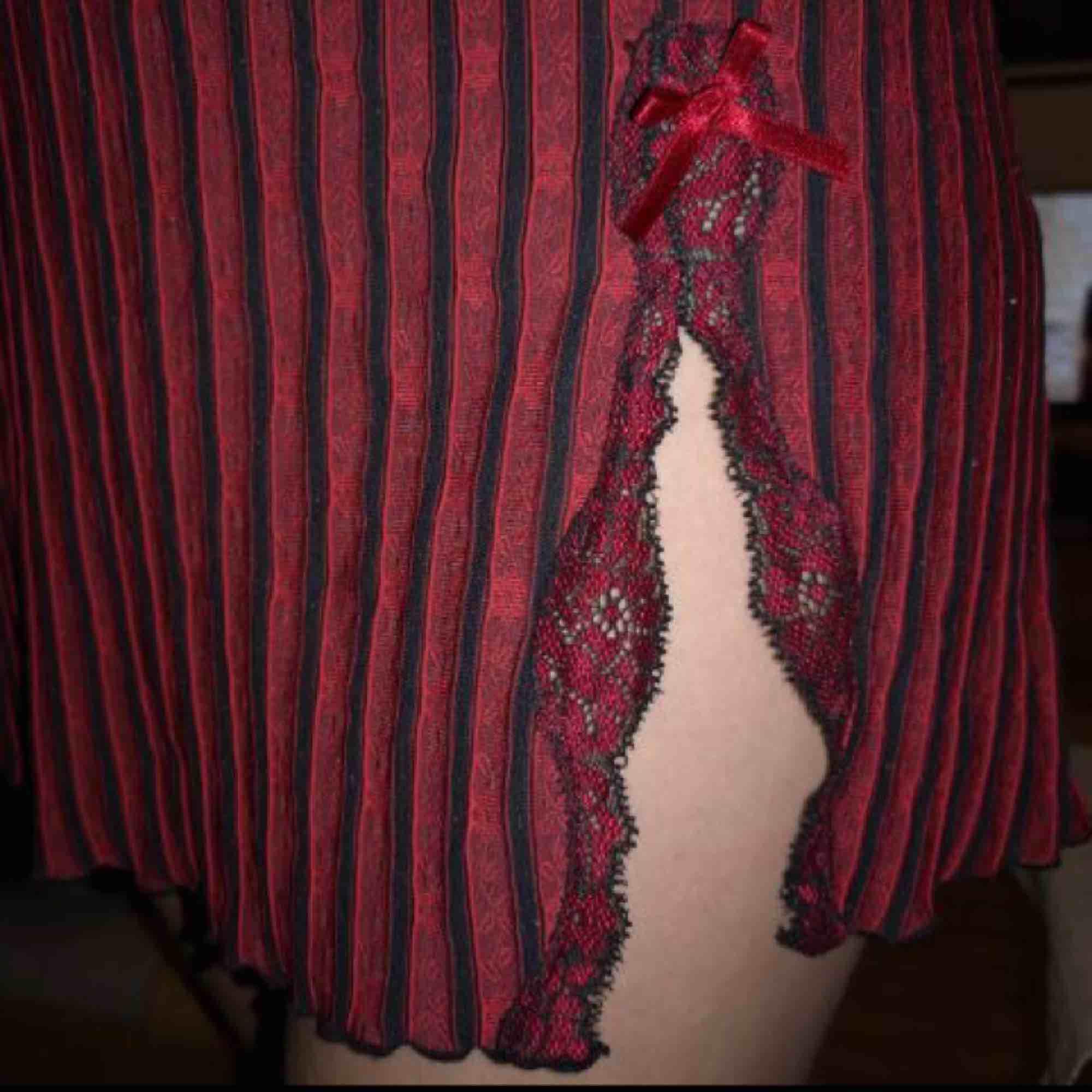 """Asnice klänning i bra skick, köpt på humana. Klänningen har fina detaljer i spets och på själva klänningen är små """"rosor"""". Liten slits med rosett vid vänstra benet och justerbara axelband!❤️❤️ frakt tillkommer. Klänningar."""