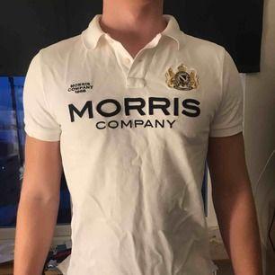 En piké från Morris i storlek M. Använd ett fåtal och bra skick! Köparen står för frakten.