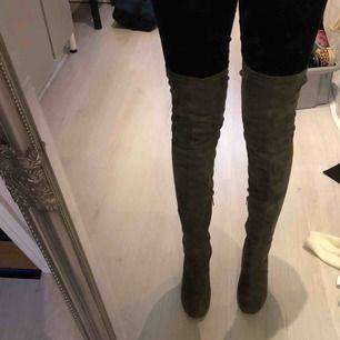 Jättesnygga och bekväma thigh high skor säljes, använda ca 5gr så de är inte slitna i skicket. Klackhöjd ca 7-8cm. Köpta från asos för 799kr