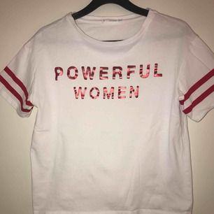 """T-shirt med tryck """"Powerful women"""" från Mango strl S. Köpare står för frakt själv✨✨"""