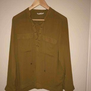 En fin olivgrön aktig blus från H&M i storlek 38 men kan även passa en i storlek 36 om man vill ha den i en oversized stil. Säljer pågrund av att de aldrig kommer till användning. Frakt ingår ej. Kan mötas upp i Stockholms området✨