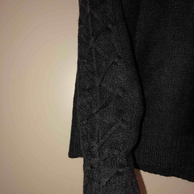 Stickad tröja i storlek S passar även andra storlekar beroende på hur man vill att passformen ska vara. Sticks ej. Frakt i går ej. Kan mötas upp i Stockholms området✨. Huvtröjor & Träningströjor.