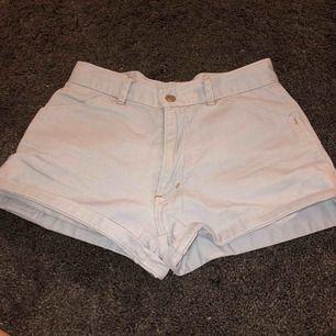 Väldigt fina shorts i storlek 140 kids. De är försmå för mej tyvärr.