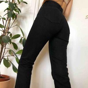 De perfekta svarta jeansen från monki! Snygg passform; höga i midja och raka i benen. Använda endast några gånger, som nya. Checka gärna in min profil för fler plagg!💓