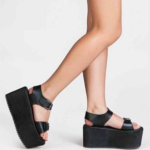 YRU Orion Sandals Platforms i storlek 37. använda en gång, en liten spricka i ena sömmen därav priset. köpta för 600🔥 frakt 80