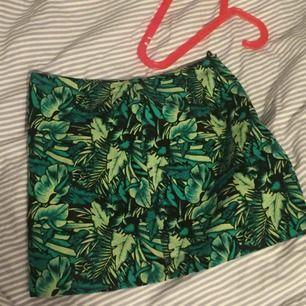 En jätte gullig kjol som jag köpte på h&m för över tre år sedan.🐢Plagget blev för liten innan jag hann använda den så kjolen är i ny skick och skulle kunna någon med storleken 36 men jag har storlek 38 och den är alldeles för liten 🌼