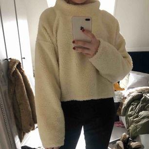 Säljer nu denna superfina och mysiga tröjan från Bikbok, köptes i vintras och är använd endast en gång