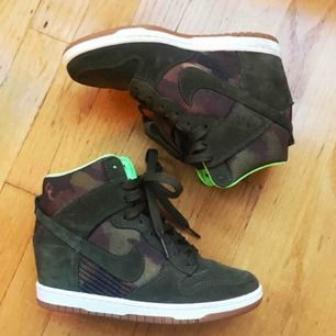 Nike sneakers sky high med inbyggd kilklack i fint skick. Storlek 39. Knappt använda