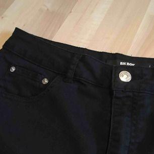 Ett par svarta jeansshorts från bikbok. De är knappt använda, därmed i gott skick. De är i storlek L med passar mig som en M. Jag kan mötas på plats i Uppsala/Täby. Betalning sker via swish/kontan. Jag kan även posta, men då står köpare för frakten.