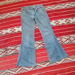 Utsvängda 90-tals jeans från Diesel utan fickor bak. Köpta secondhand, står att det är stl 27/30 så trodde de skulle passa men de är jättesmå, kanske stl 24 eller 25 i midjan. Midjemått 74 cm. Frakt 63 kr.