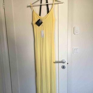 Snygg strandklänning i strl XS men eftersom den är så lång och stretchig passar den även S och M. Oanvänd med prislappar kvar, pris är inkl frakt