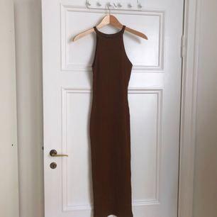 Brun klänning med tight passform från River Island.  Aldrig använd, för liten för mig.