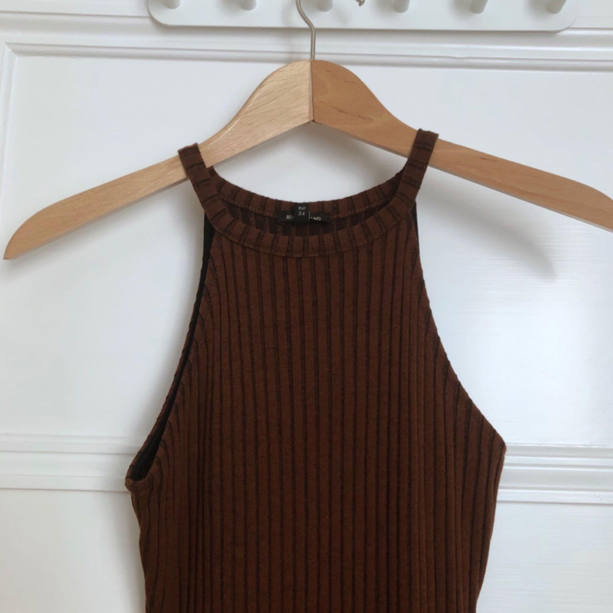 Brun klänning med tight passform från River Island.  Aldrig använd, för liten för mig.. Klänningar.