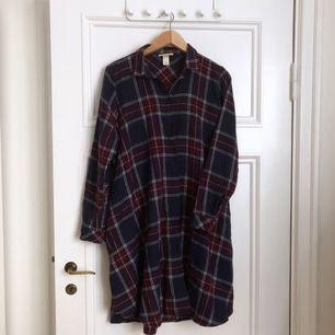 Skjorta // klänning, med fickor. Stor passform.
