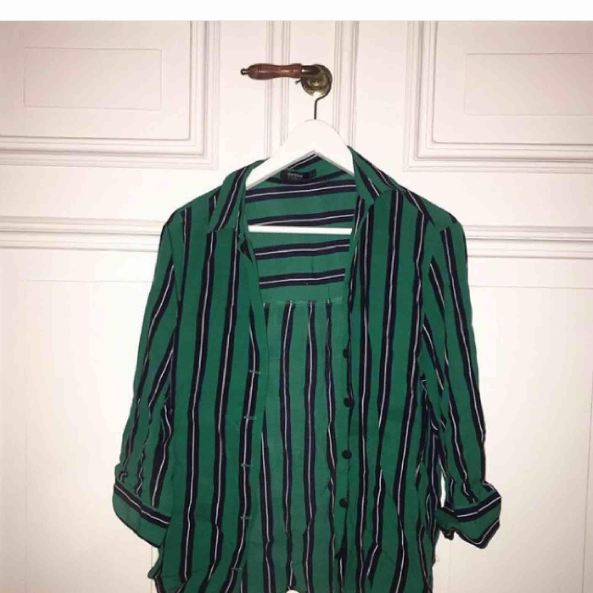 Snygg skjorta i härligt material från Berska! Går att använda som både off shoulder och på vanligt vis🌸. Skjortor.