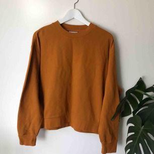 Sweatshirt från Weekday, aldrig använd så helt ny. Går att hämta på Södermalm annars tillkommer frakt på 50 kr.