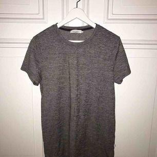 Grå t-shirt från SAMSØE SAMSØE. Knappt använd. Mycket starkt och tåligt material🌸