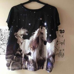 Söt svart tshirt med häst :) själva T-shirten är i