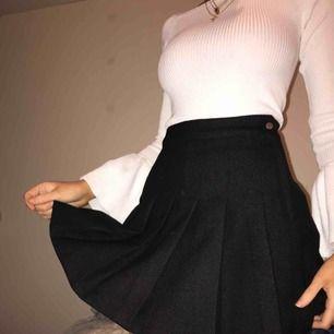 Svart kjol från hm, endast använd en gång! *frakt ingår*