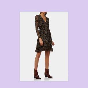 Ganni mesh wrap dress / omlottklänning med volang. Endast använd vid två tillfällen, som ny :)  Nypris: 1900 kr