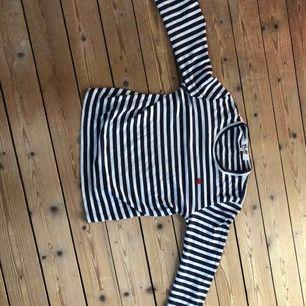 En jätte fin CDG tröja med ett litet hjärta den är storlek M dam så den passar XS-S herr köparen står för frakten