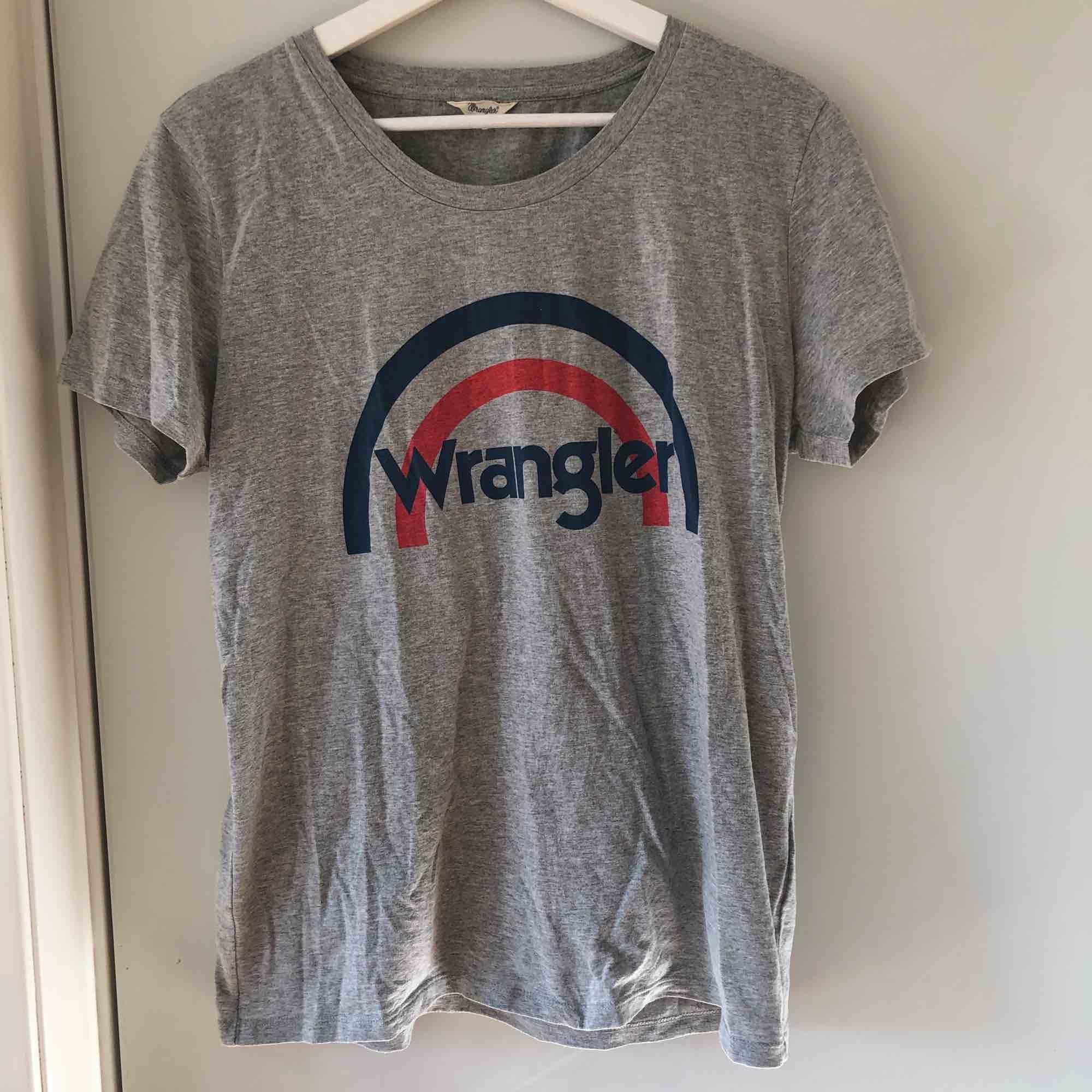 Grå Wrangler t-shirt som bara är använd ett fåtal gånger. Kan passa folk som har storlek S också. Pris kan diskuteras.  . T-shirts.