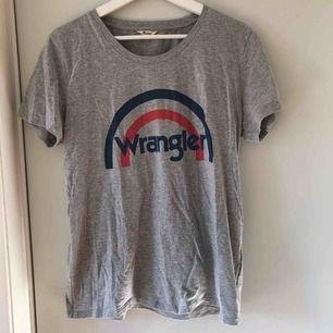 Grå Wrangler t-shirt som bara är använd ett fåtal gånger. Kan passa folk som har storlek S också. Pris kan diskuteras.