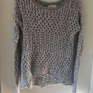 Stickad Hollister tröja som bara använts ett fåtal gånger. Väldigt härlig på sommaren. Passar folk som har storlek XS, S och M beroende på hur man vill att den ska sitta. Priset kan diskuteras.
